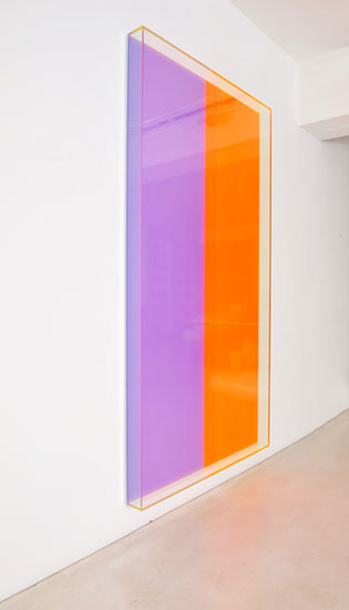 Regine Schumann, colormirror violet orange bonn, 2018, fluorescent acrylic glass, 215 x 110 x 10 cm, Photo: Eberhard Weible.
