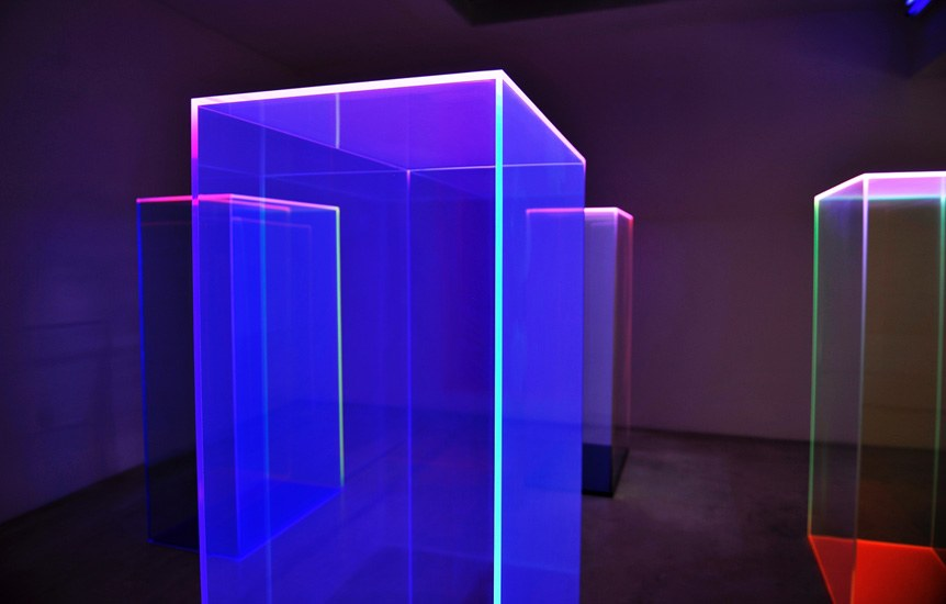 Regine Schumann, light catcher, 4 pc, 2017, acrylic glass, fluorescent, ea. 160 x 90 x 50 cm, Photo: Eberhard Weible.