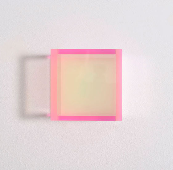 Regine Schumann, colormirror flow after soft bonn, 2018, Acrylic glass, fluorescent, afterglow, 11 x 11 x 10 cm, Photo: Eberhard Weible.