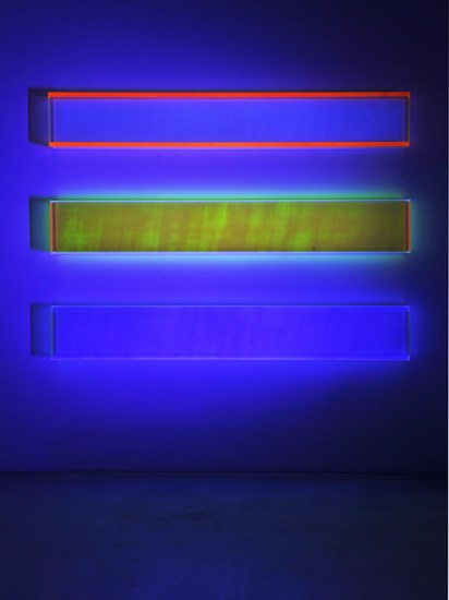 Regine Schumann, color rainbow new york horizontal, 3- pieces, 2016, acrylic glass, fluorescent, 25 x 170 x 10 cm, Photo: Eberhard Weible.